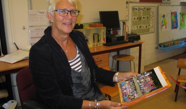 Juf Ina heeft alle klassenfoto's altijd bewaard. Met enige trots vertelt ze dat ze zelfs een paar bekende Nederlanders in haar klas heeft gehad.