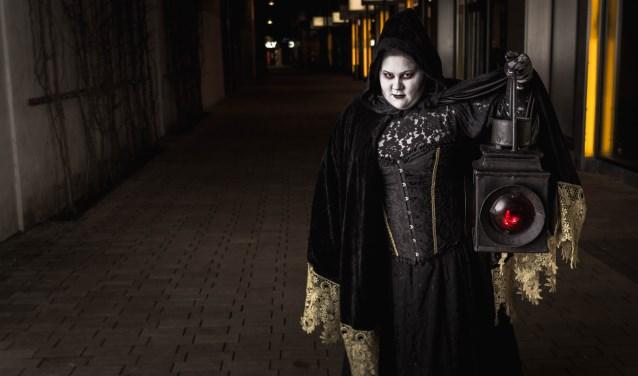 Anne gaat volledig op in haar rol tijdens de ghosttours door Tilburg. Samen met haar man Erik verzorgt en regelt ze alles. Van kostuums, tot muziek, tot script.