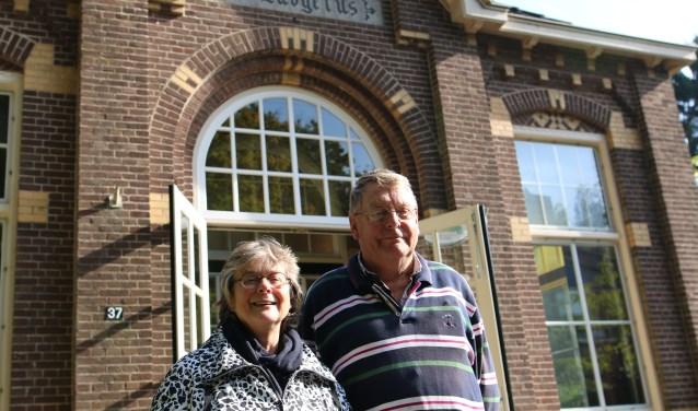 Margreet en Ben voor het Ludgerusgebouw waar op 27, 28 en 29 oktober de musical is te zien. Op vrijdag en zaterdag om 20.00 uur en op zondag om 14.00 uur. (foto: Feikje Breimer)