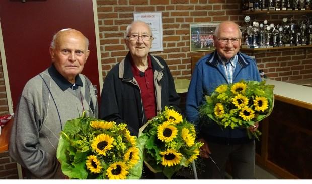 De drie leden van voetbalvereniging Oene die er vanaf de oprichting bij zijn. Van links af H.P. Brendeke, L. de Wilde en A.J. van Suijdam.