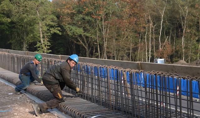 IJzervlechters zijn bezig met de wapening voor de betonstort op één van de 2 landhoofden, die straks de liggers moeten dragen.