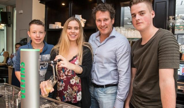 In 'Het Café' van het ROC Nijmegen beleven Rick, Daisy, Ivo en Stijn (v.l.n.r.) alvast wat voorpret voor de regionale voorronde van het NK Biertappen. 'Het Goffertstadion verandert binnenkort van 'Bloedkuul' in 'Bierkuul'. (foto: Jimmy Israël)