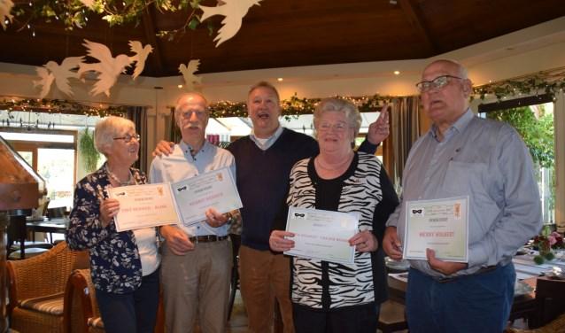 De echtparen Wolbert en Bekker zijn al net zo lang lid als Amusé 't Masker bestaat: 40 jaar. Een felicitatie waard.