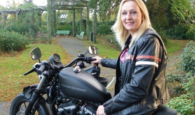 Debbie de Geus is eigenaresse van 't Koffiehuis in Boskoop. De horecavrouw, dol op haar Harley Davidson. FOTO: Morvenna Goudkade