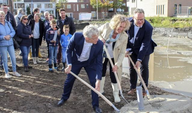 De tijdscapsules gingen de grond in en daarmee is de bouw van Stadsbleek officieel gestart. Foto: Buro Bam