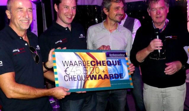 Foto-onderschrift: De uitreiking van de cheque met vlnr Frank van Leeuwen, Laurens Vermeer, Roland Kuiper en Gerard Hendriksen (foto: Jan Kraaijenbrink)