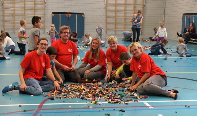 Ellen Vossen, René Puyk, Romy Sprokkerieft, Priscilla Hensbroek en Lisa Van de Bunt op de vierde Lego Bouwdag in de herfstvakantie. Ook dit jaar was het weer druk bezocht met zeker  100 kinderen.