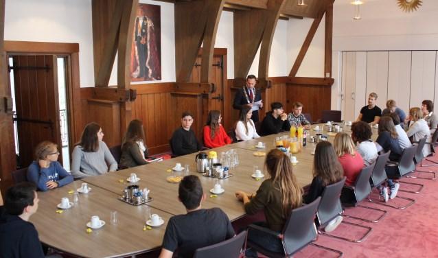 Een meet en greet met de studenten en de burgemeester in de oude raadzaal van het gemeentehuis. Foto: Els van Stratum