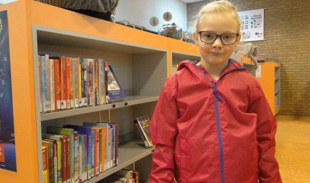 Amée (7) in Kinderbibliotheek Bloemendaal-Plaswijck. Foto: Ellen van Leeuwen