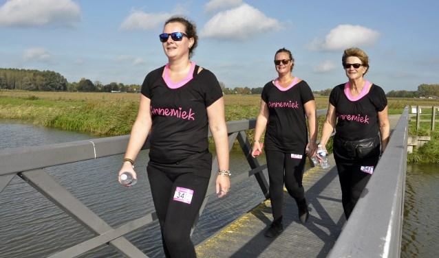 De wandeltocht van 17 kilometer leidde door de mooiste plekjes van onze regio. Hier passeert het Team Riegman - zussen Karin en Ingrid, en moeder Annie (vlnr) - het bruggetje bij de Uppelse molen.