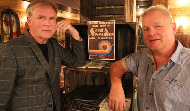 DJ Charly Bos (links) en J.P. Schenk van Brasserie De Plantage rekenen zondag 29 oktober weer op een vol huis tijdens de Soul- en 70-ties middag. (Foto: Henk Jansen)