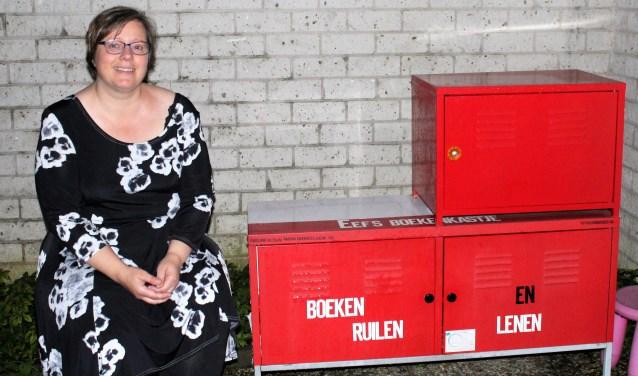 Eveline Klein bij haar Minibieb aan het Maria Daneelserf 66 in Capelle. (Foto Annemarie van der Ploeg)