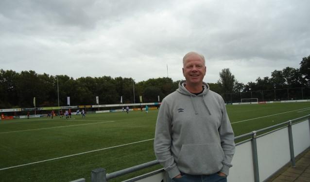 Oud-international John van Loen is het nieuwe hoofd jeugdopleiding bij voetbalclub VVIJ en wil bereiken dat de jeugd met meer plezier gaat spelen, maar ook fysiek en mentaal sterker wordt.(Foto: Nadia Tan)