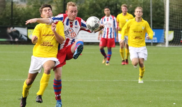 GWVV aanvaller Jochem Geerts wordt de weg belet door Ulftse Boys speler Jesse Rijntjes