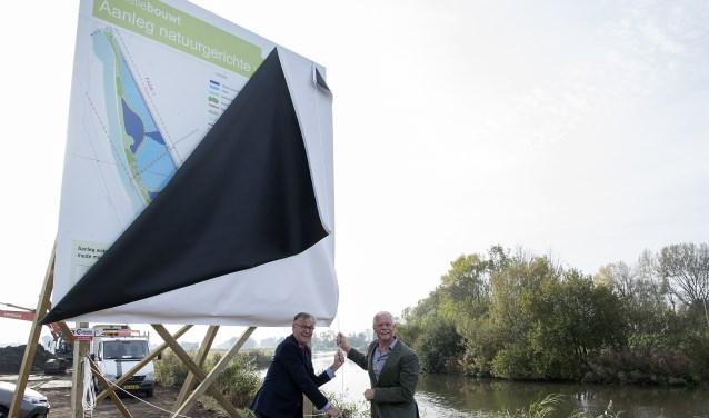 Wethouders André Schoon en Dick Verbeek onthullen het bouwbord voor het project (Foto PR)