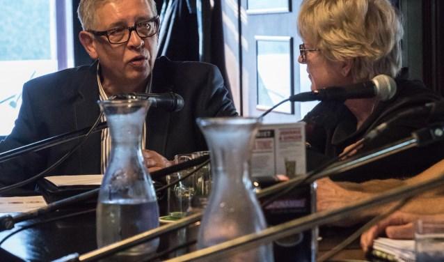 De Alphense Talkshow over wonen. De tafelgasten waren Jacques Booij, Syta Tjepkema, Siem Eikelenboom en Willem Debets. De presentatie was in handen van Gerrit Willems en Ben Prins. FOTO: Raymond Geertsen Fotografie