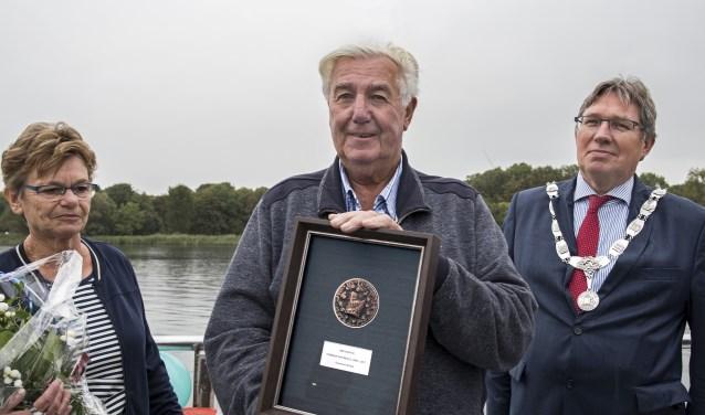 Arie kreeg een erepenning en oorkonde van burgemeester Rensen (Foto: PR)