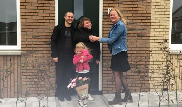 De eerste bewoners ontvangen de sleutel van hun Nul op de Meterwoning in RijswijkBuiten.