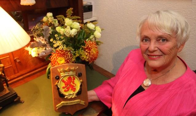 Olga de Boer uit Zetten heeft bezoek gekregen van de Koninklijke Marine. Reden is dat haar moeder de mijnenjager Zr. Ms. Vlaardingen heeft gedoopt. Op de foto het schild dat ze van de marine cadeau kreeg. (foto: Kirsten den Boef)