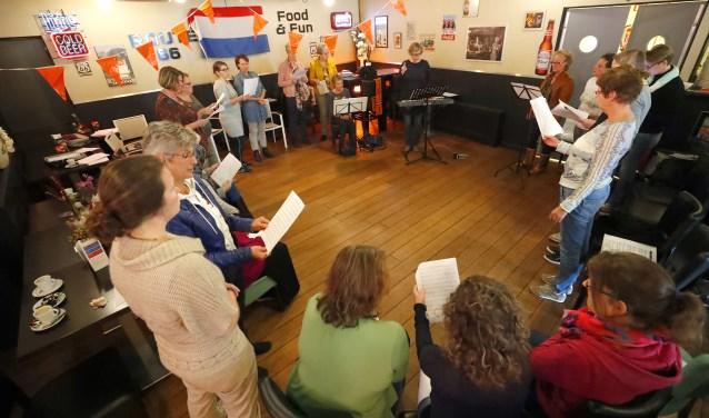 Plaatje van een repetitie van Zanggroep Amice. (Foto: Bert Jansen).