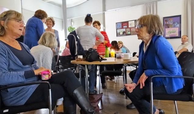 """Teuntje Vos (rechts) tijdens de koffie-ochtend bij de Buurtkamer in het Dorpshuis in Vreeland. """"Gewoon een pot koffie zetten, de deuren openen en zorgen dat het hele dorp het weet."""" Foto: Joke Stapper"""