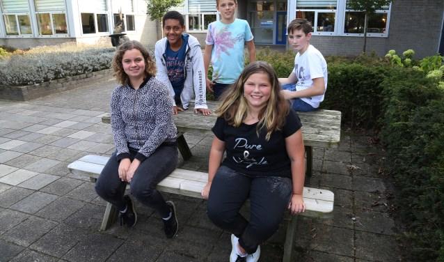 Megan (rechts) wordt omringd door enkele van haar klasgenoten: Kyra, Bram, Bram en Jason (foto: Marco van den Broek).