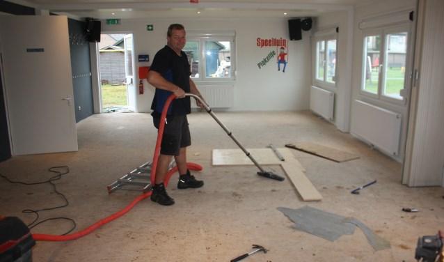 Voorzitter Peter Abrahams hanteert alvast de stofzuiger voor de opening van het nieuwe clubhuis van speeltuin Pinkeltje  op zaterdagmiddag 7 oktober.