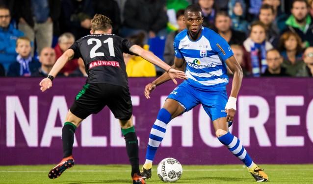 """Kingsley Ehizibue aan de bal. """"Wanneer je verder wilt komen als voetballer is het belangrijk om in jezelf te investeren. In de voorbereiding merkte ik wel dat ik fitter was."""" (foto: Henry Dijkman)"""