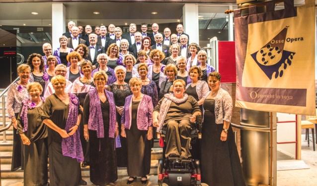 """""""De Osse Opera wil jonge en oudere talenten de mogelijkheid bieden hun stem verder te ontwikkelen"""", zegt voorzitter Hans Ruis. """"Wij geven stemtechniek, men kan thuis online eigen partijen oefenen en we bieden podiumervaring."""
