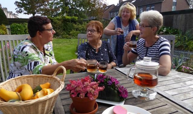 Lenie, Corrie, Anja en Hetty zijn al sinds jaar en dag lid van devereniging Vrouwen van Nu afdeling Schore en hebben een waardevolle vriendschap opgebouwd. FOTO: Rachel van Westen