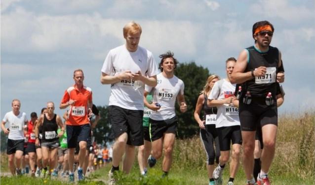 Op zaterdag 16 juni 2018 rennen er weer sportievelingen over de Maasdijk tijdens hardloopwedstrijd De Maasdijk. Foto: HR Fotografie