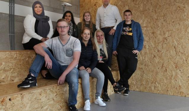 Teammanager Martijn van Lanen met ROC-leerlingen in nieuw gecreëerde chill-ruimte (foto: Marco van den Broek)