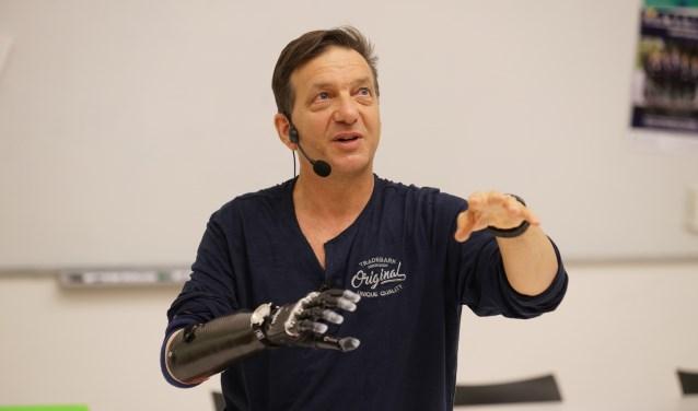 Op maandag 6 novemberkomt grafisch ontwerper Arie Rommers op bezoek in de bieb. Hij draagt de meest geavanceerde bionische hand ter wereld.