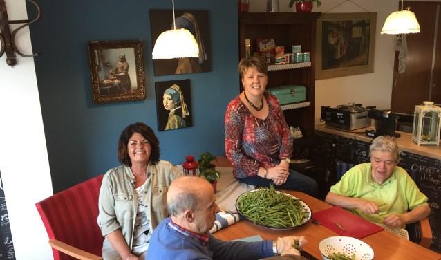 Erica Kuijper en Joke Wubben in de keuken van ontmoetingscentrum Vermeertoren
