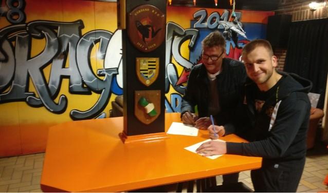 Het contract met de nieuwe trainer van rugbyclub Dragons NorbertsBekmanis wordt ondertekend.