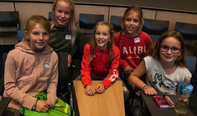 Van links naar rechts: Noortje Bonhof, Laura de Kroon, Indy Holtdijk, Saartje Bergen en Sophie van der Stouwe. Tijdens de Roefeldag in Epe werden ze een middagje journalist. Foto: Dennis Dekker