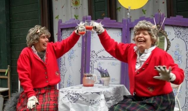 Kindertheater met de dames de Wolff. Twee bejaarde dames moeten na elke volle maan weer verhuizen.