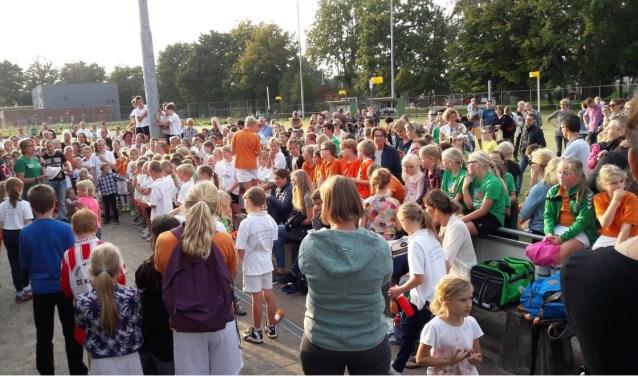De jonge korfballers lieten steeds weer een luid gejuich horen toen Marja van Haren de prijzen uitreikte.