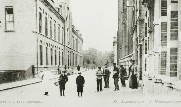 De St. Josephstraat met aan de linkerkant het voormalige scholencomplex.  De hoofdindelingen van hal, gangstructuur met daaraan grenzende klaslokalen zijn in de basisopzet behouden. Foto: Erfgoed 's-Hertogenbosch.