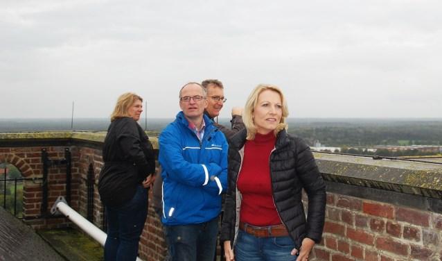 Bezoekers en medewerkers van Brandstore Visit Oirschot genieten van het fraaie vergezicht.