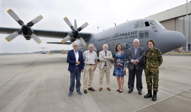 V.l.n.r. Jan Kuipers, Willem van Erk, Huub Snijders, Monique van den Berg, Tjeerd Mulder Kolonel Elanor Boekholt-O'Sullivan (Foto: Jurgen van Hoof).