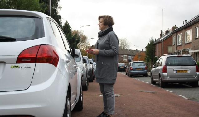 In de Vosmaerstraat en directe omgeving zijn al blauwe zones ingesteld met een maximum parkeerduur. Straks ook in andere straten? Foto: GvL