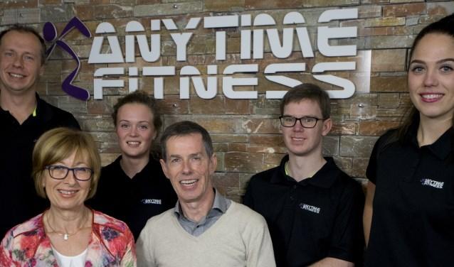 John en Saskia Kolthoff met het team van Anytime Fitness, dat dit jaar vijf jaar in Neede is gevestigd.