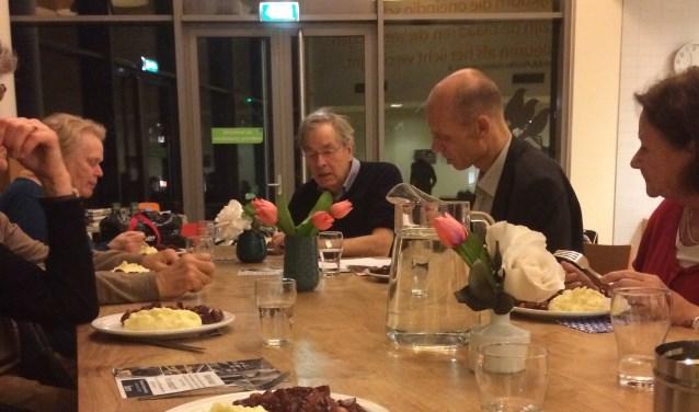 Woensdag 22 november vond de eerste OPEN keuken plaats in Doorn. Inwoners genoten van een heerlijke lokale en duurzame maaltijd. Ze gingen met (kandidaats-)raadsleden in gesprek over onderwerpen in de gemeente die hen bezig houden. FOTO: Nelleke Groen