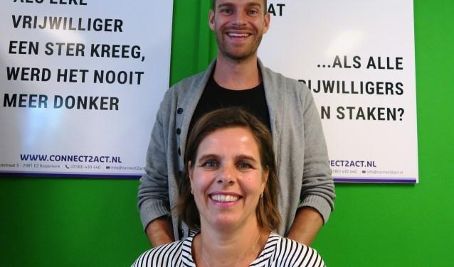Jacqueline Revier en Jesper Lagendijk voor enkele toepasselijke teksten van Loesje over vrijwilligerswerk. (foto GvS)