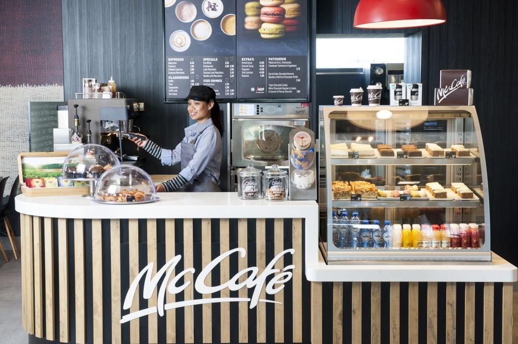 McCafé McDonald's Oosterhout Park15 biedt met ruim 500 vierkante meter ruimte aan 173 zitplaatsen en een ruim terras.   © Persgroep