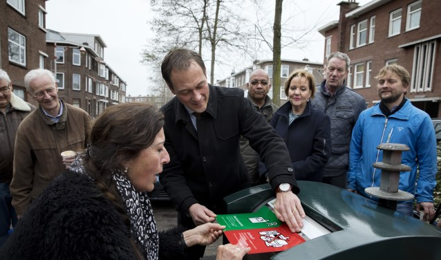 Wethouder Boudewijn Revis plakt samen met Loek Utermark, lid bestuur Rustenburg-Oostbroek. (Foto: Inge van Mil)