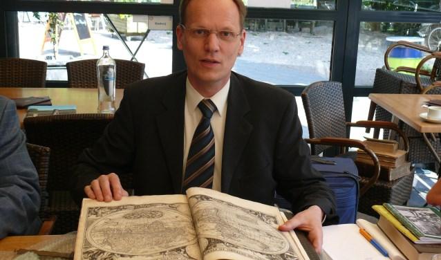 Taxateur Arie Molendijk komt naar Ootmarsum om (oude) boeken te taxeren.