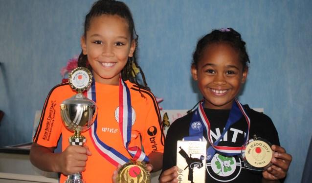 Adriana (links) en Olivia Rozenblad: karatezusjes uit Capelle