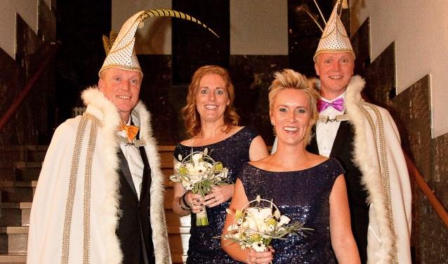 Tweelingbroers Prins Kanarie (Arie Vermeulen) en Prins Pauw (Paul Vermeulen) samen met Hofdames Gwen Rijnbeek en Loes Van Lint.